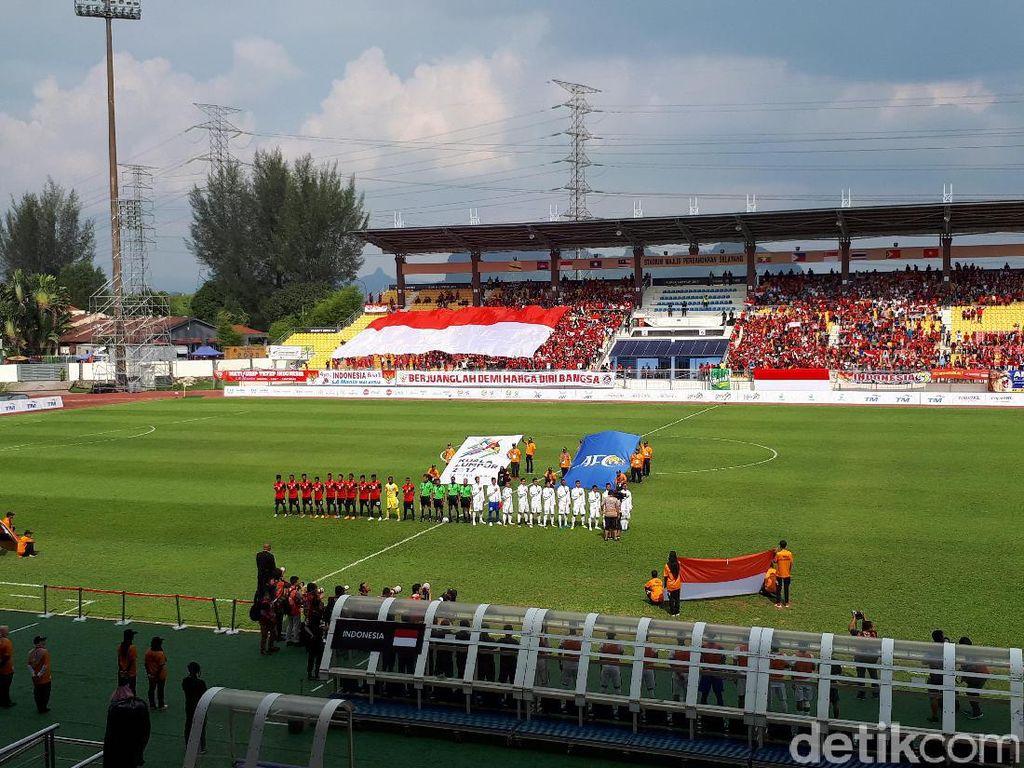Bendera Merah Putih Besar untuk Timnas dari WNI di Malaysia