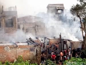 Kebakaran Kebon Pala, Warga Bolak-balik Selamatkan Barang Berharga