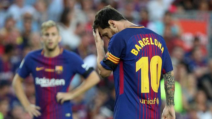 Soccer Football - La Liga - Barcelona vs Real Betis - Barcelona, Spain - August 20, 2017   Barcelona's Lionel Messi with Barcelona replacing his name on the back of his shirt   REUTERS/Sergio Perez