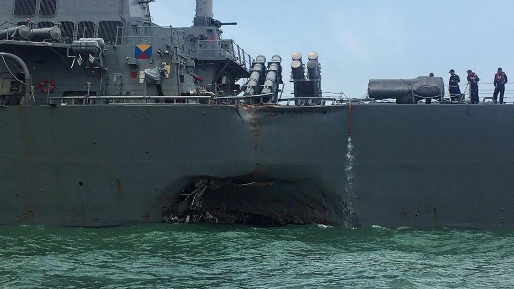 Foto: Penyok, Begini Kondisi Kapal Militer AS yang Tabrakan di Selat Malaka