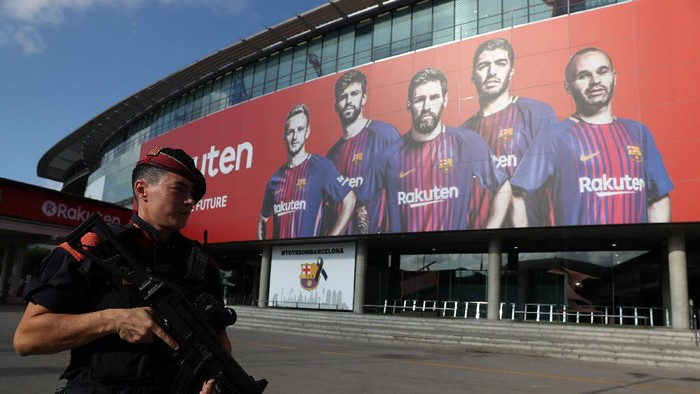 Soccer Football - La Liga - Barcelona vs Real Betis - Barcelona, Spain - August 20, 2017   Security in Camp Nou before the match    REUTERS/Sergio Perez