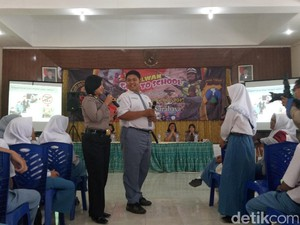 Polwan Surabaya Goes to School, Ajak Pelajar Bicara Masalah Remaja