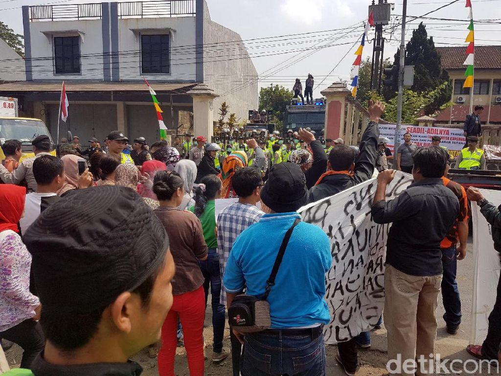 Keluarga Rengga Demo Pengadilan Protes Vonis Bebas Seorang Pelaku