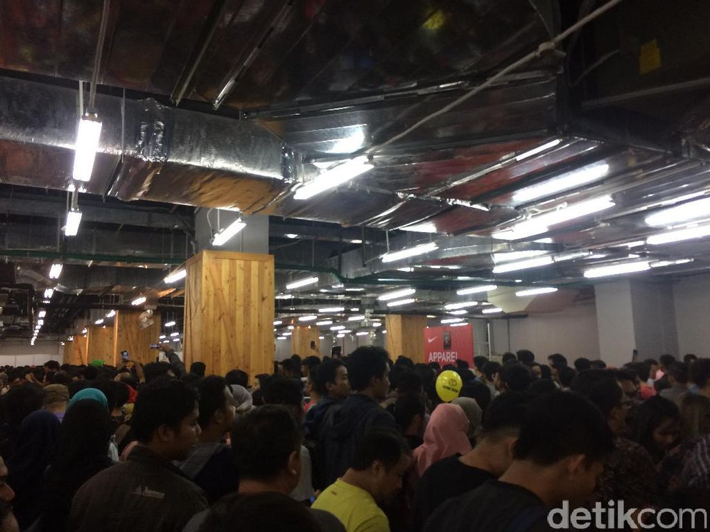 Foto: Sesaknya Pengunjung di GI karena Diskon Nike