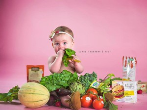 Foto: Ekspresi Bayi Saat Dipotret Bareng Buah dan Sayur