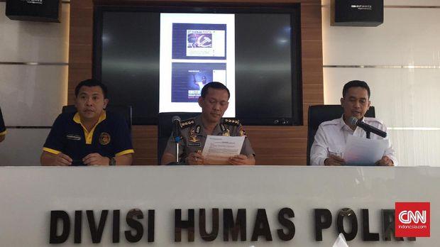 Kepala Subbag Operasional Satuan Tugas Patroli Siber Bareskrim AKB Susatyo Purnomo, Kepala Bagian Mitra Divisi Humas Polri Kombes Awi Setiyono, dan Kepala Subdirektorat 1 Dittipidsiber Bareskrim Kombes Irwan Anwar memberikan keterangan pers terkait penangkapan tiga orang pengelola grup di media sosial Facebook 'Saracen' berinisial JAS (32), MFT (43), dan SRN (32) di Markas Besar Polri, Jakarta Selatan, Rabu (23/8).