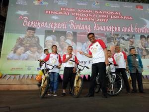 Peringati Hari Anak Nasional, Djarot Bagi-bagi Sepeda ala Jokowi