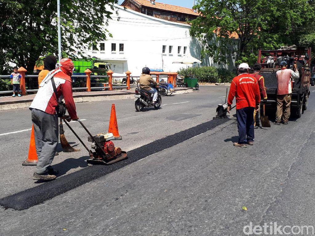 Tiap Hari Disiapkan 50 Ton Aspal untuk Tambal Jalan di Surabaya