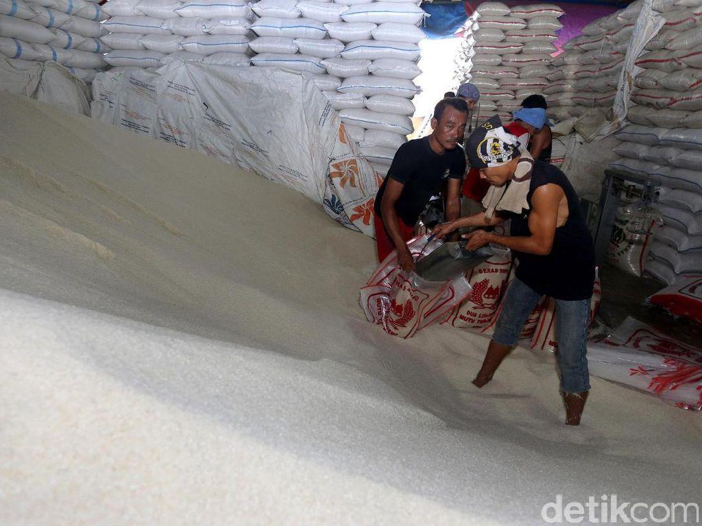 Harga Beras Dipatok, Begini Suasana Pasar Induk Cipinang