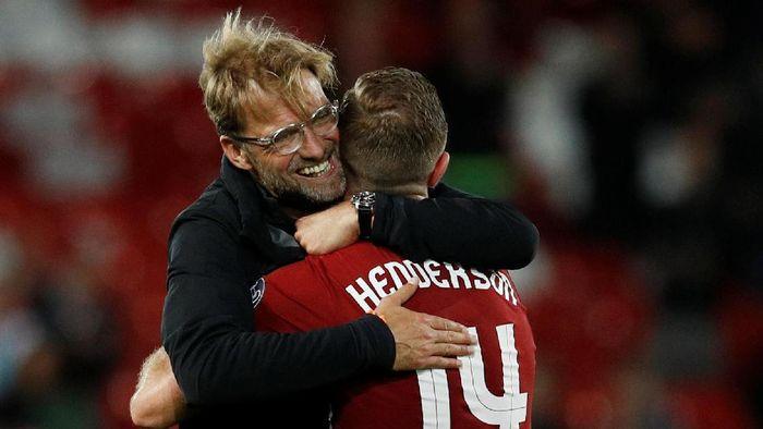 Juergen Klopp dan Jordan Henderosn beda pendapat soal UEFA Nations League (Phil Noble / Reuters)