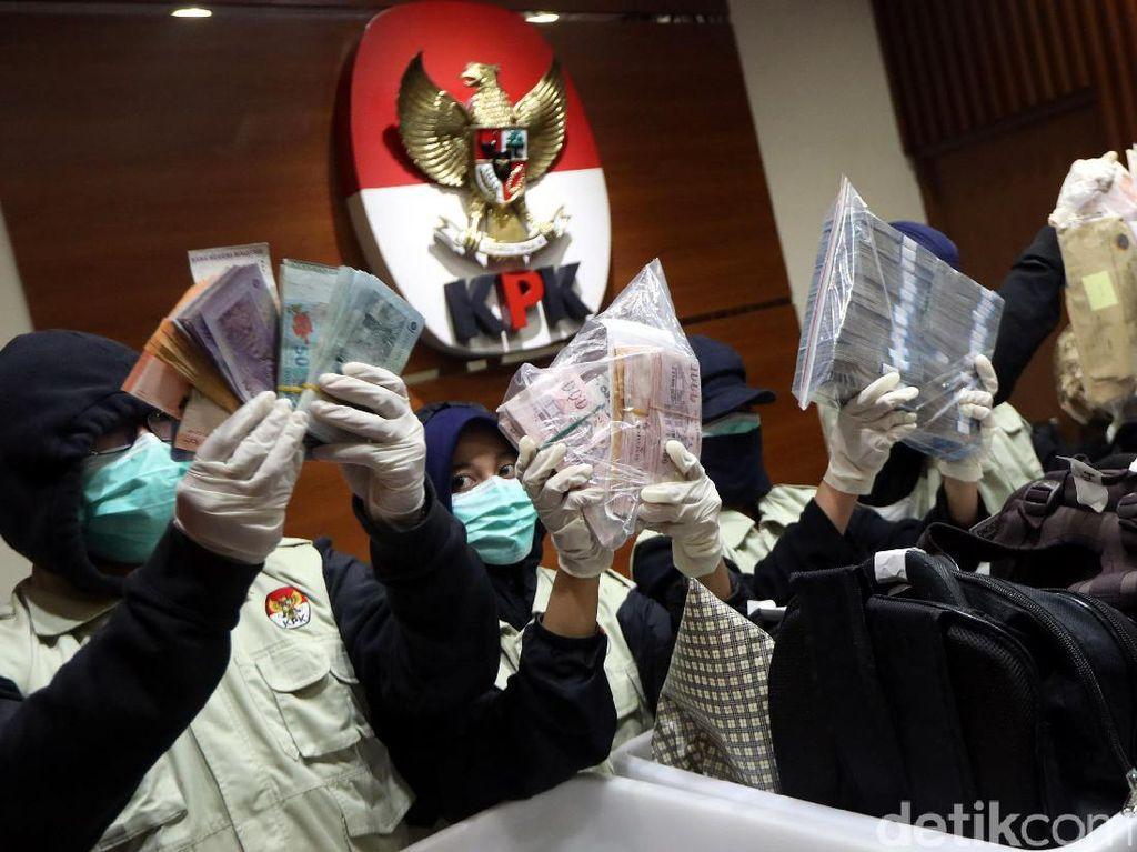 Foto: Ini Duit SGD, USD dan Euro Bukti Kasus Suap Dirjen Hubla