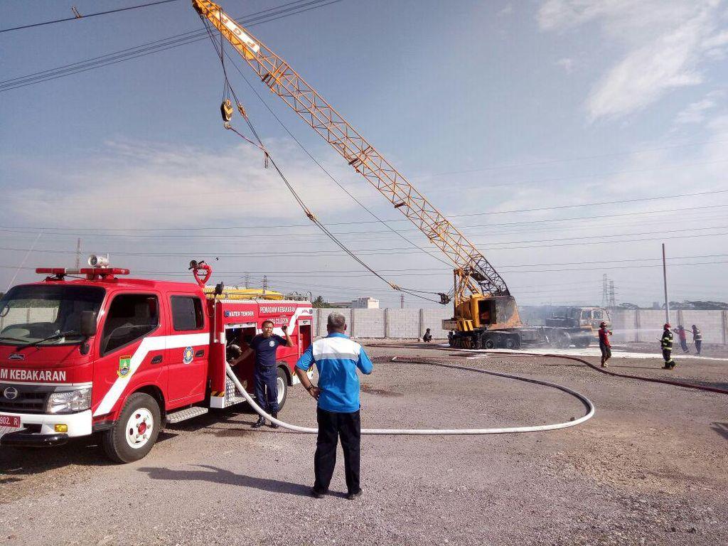 Tersangkut di Kabel Sutet, Crane Hangus Terbakar di Cilegon