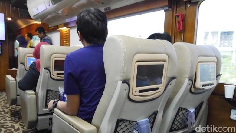 Kursi kereta dilengkapi layar sentuh untuk hiburan (Kurnia/detikTravel)