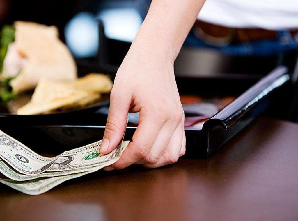 Ini 5 Kisah Haru Pelayan Restoran yang Dapat Tip hingga Ratusan Juta Rupiah