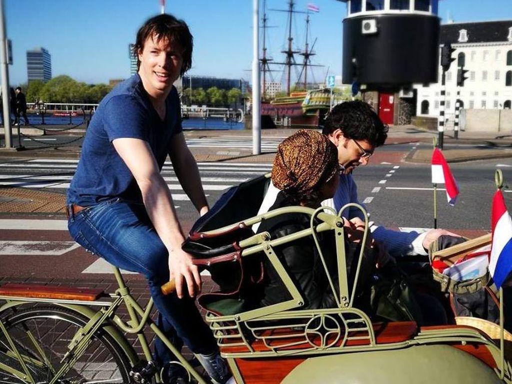 Bule Ganteng Bawa Becak dari Yogya, Narik Penumpang di Belanda