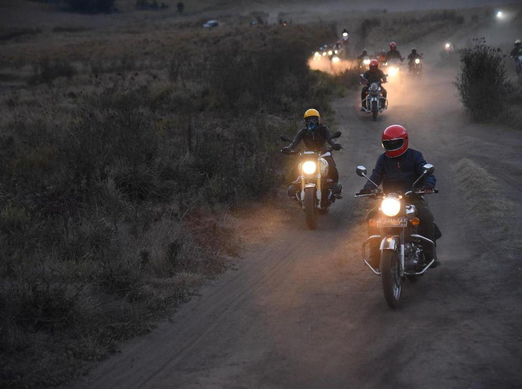Kisah Tegang SelebritI Jelajahi Bromo di simPATI Motorbaik 2017