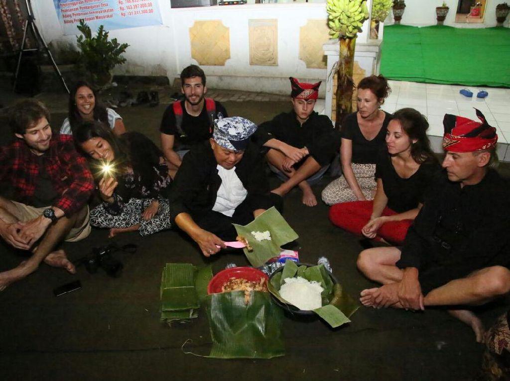 Bule Eropa Menikmati Pecel Pitik Di Ritual Tumpeng Sewu 2017
