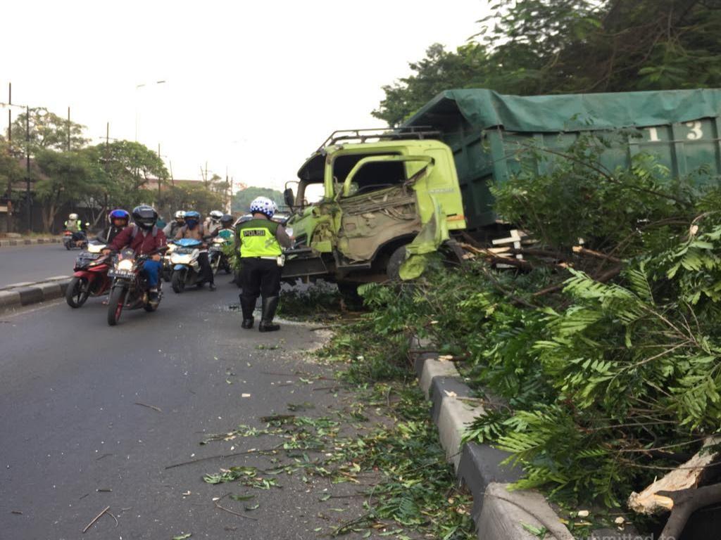 Truk Tabrak Pohon di Tangerang, Lalu Lintas Macet Parah