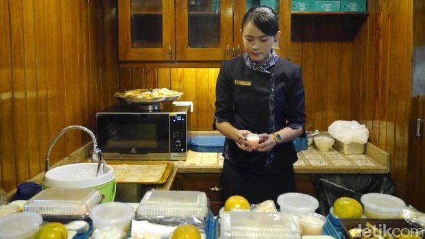 Prami menyiapkan makanan (Kurnia/detikTravel)