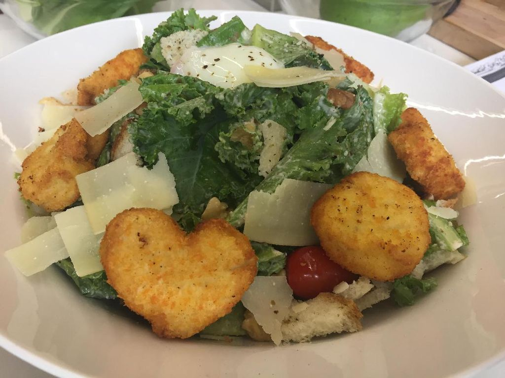 Kale Caesar Salad yang Segar Bernutrisi Mudah Diracik Sendiri