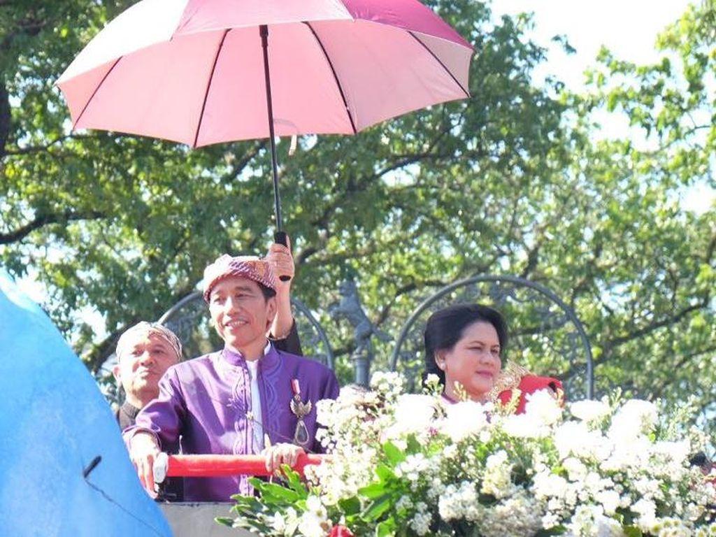 Begini Aksi Jokowi Bagi-bagikan Kaos dari Atas Kereta Pancasila