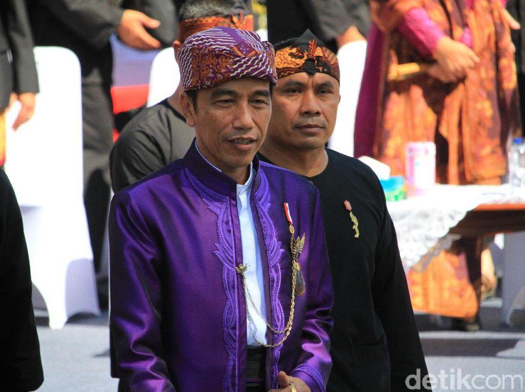 Makna Iket Makuta Sinatria yang Dikenakan Jokowi di Bandung