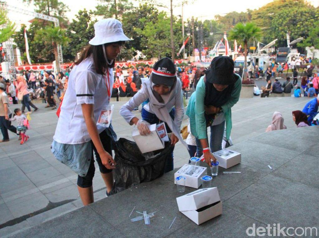Aksi Pasukan Semut Bersihkan Taman Vanda Usai Karnaval Kemerdekaan