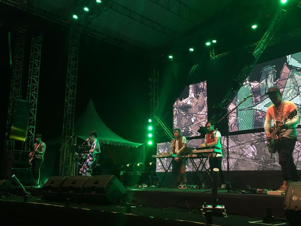Stars & Rabbit x Bottlesmoker Maniskan Malam di Sound of Tri