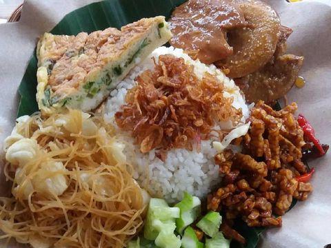 Nasi uduk yang gurih lezat dinikmati untuk makan malam.