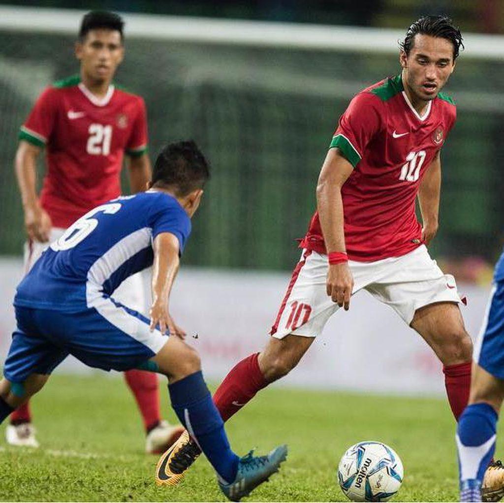 Ezra Walian Memburu Gol ke Gawang Singapura