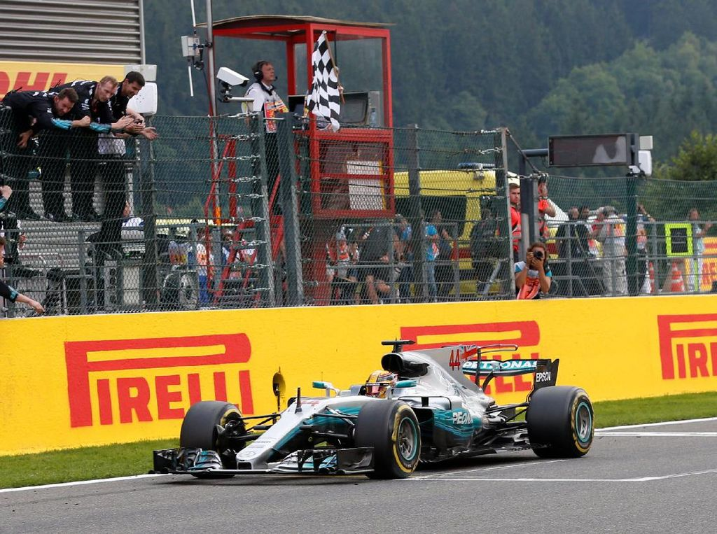 Hamilton Kalahkan Vettel untuk Perkecil Jarak di Klasemen