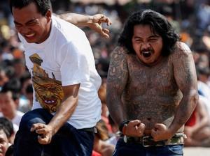 Tato yang Menyakitkan dan Membawa Keberuntungan di Thailand