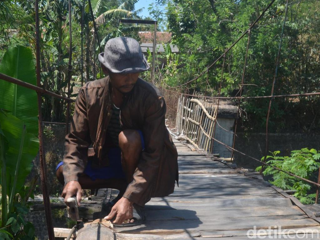 Semangat Si Jalak Perbaiki Jembatan Maut di Cirebon
