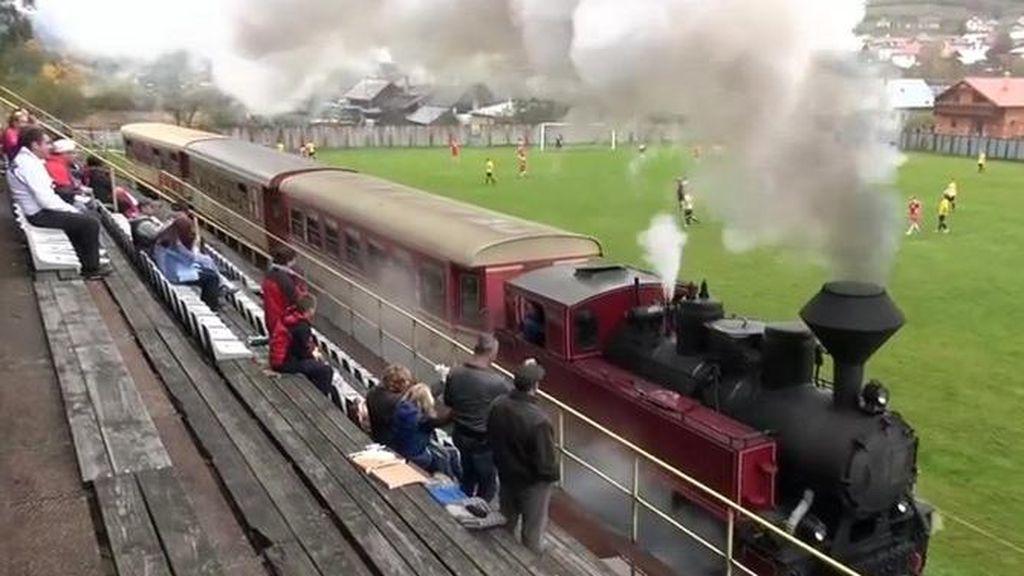Foto: Waduh, Kereta Api Masuk Lapangan Sepakbola