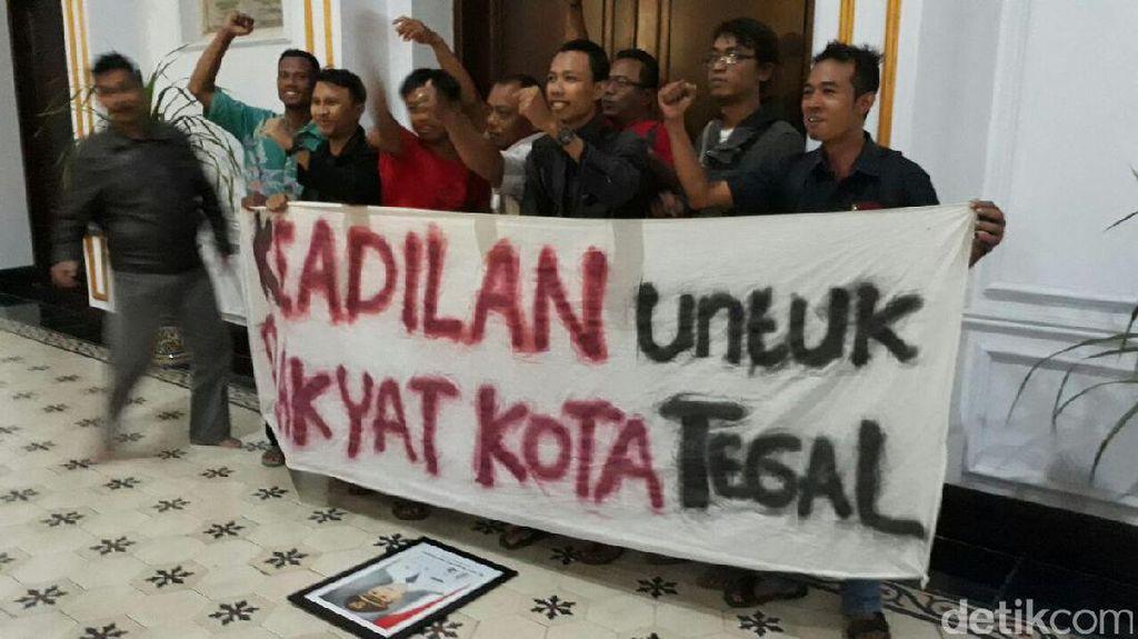 Foto: Reaksi Warga Setelah Wali Kota Tegal Diciduk KPK