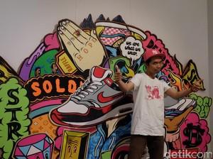 Nggak Hanya Seniman, Muklay Juga Kolektor Sneakers!