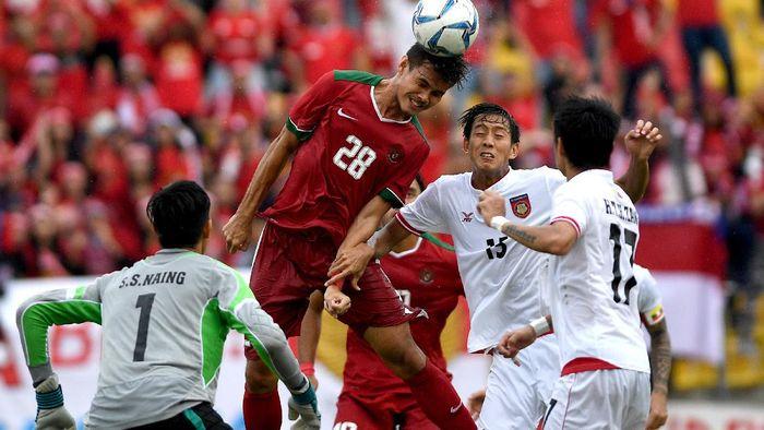 Indonesia menghadapi perlawanan ketat dari Myanmar di babak pertama perebutan medali perunggu di Stadion Selayang, Selasa (29/8/2017) sore WIB (Sigid Kurniawan/Antara Foto)