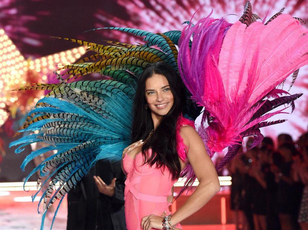 Ada Apa dengan Adriana Lima Tiba-tiba Unfollow Instagram Victorias Secret?