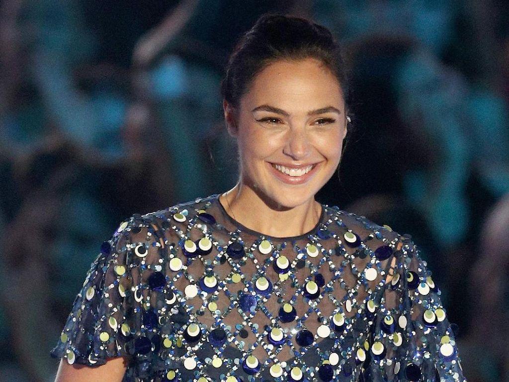 Terpukau Cantiknya Gal Gadot Pakai Gaun Sequin di MTV VMA 2017