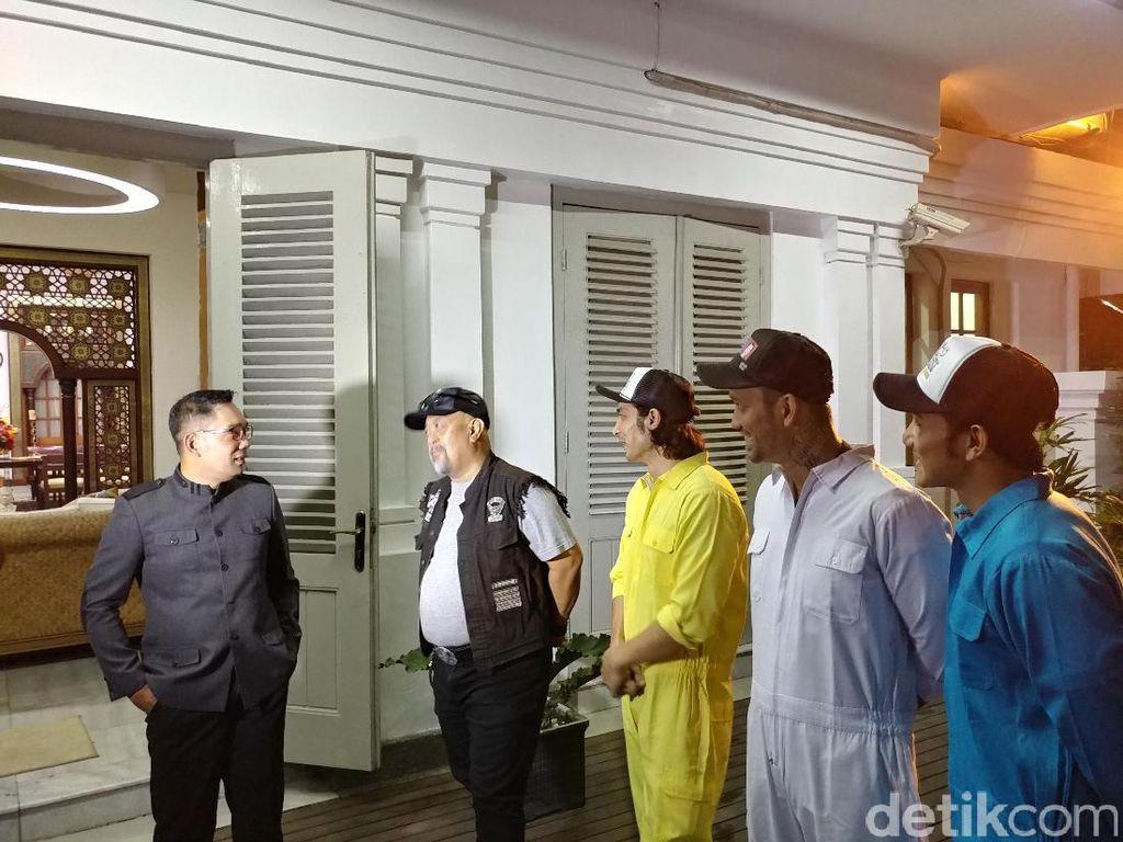Pemain Warkop DKI Reborn Geruduk Rumah Ridwan Kamil