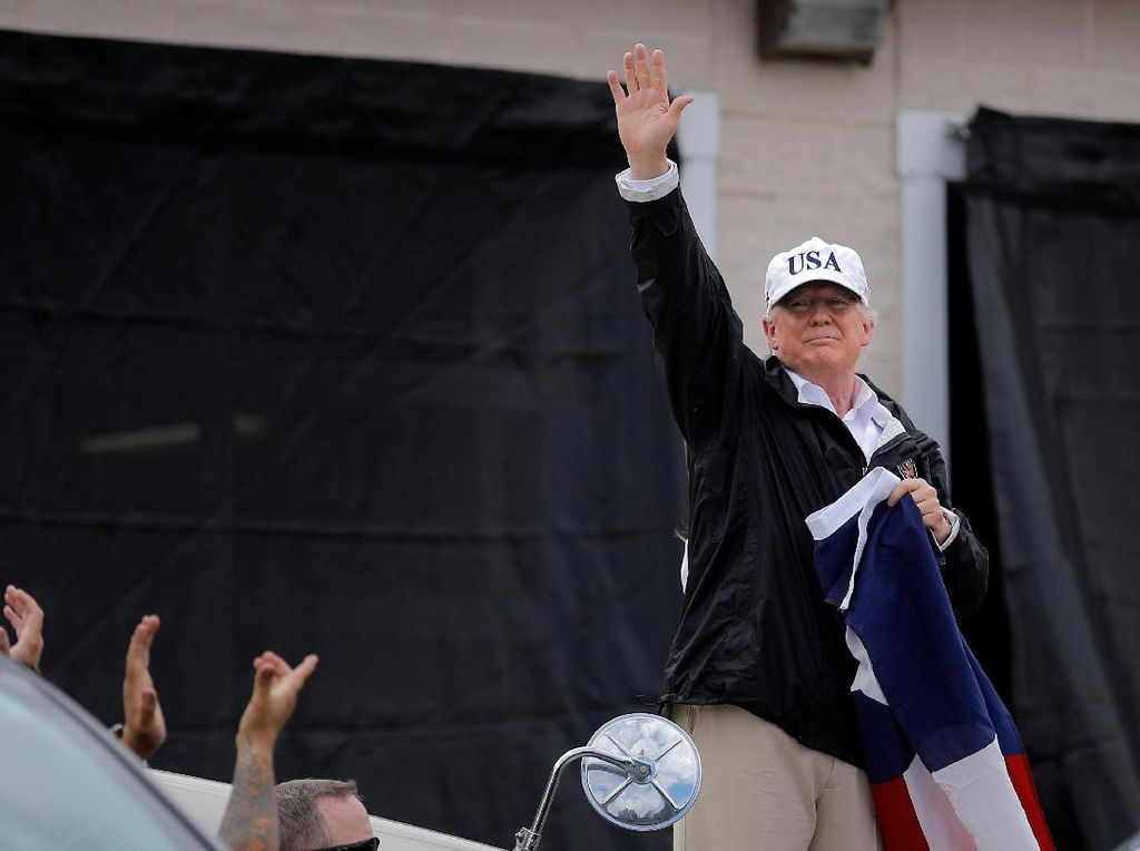 Trump Sumbangkan Rp 13 Miliar untuk Korban Badai Harvey