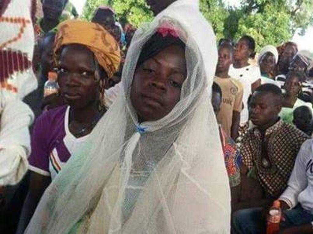 Viral, Pengantin Wanita Pakai Gaun Dari Kelambu Jaring Nyamuk