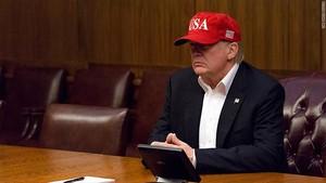 Foto: Ini Topi yang Bikin Trump Dikritik Saat Kunjungi Korban Badai
