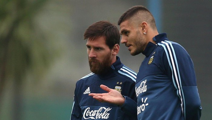 Football Soccer - Argentinas national soccer team training - World Cup 2018 Qualifiers - Buenos Aires, Argentina - August 29, 2017 - Argentinas Lionel Messi and Mauro Icardi talk during a training session ahead of their match against Uruguay. REUTERS/Marcos Brindicci