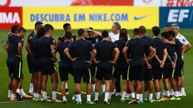 Tite dianggap mampu membangkitkan kembali Brasil setelah terpuruk parah di Piala Dunia 2014