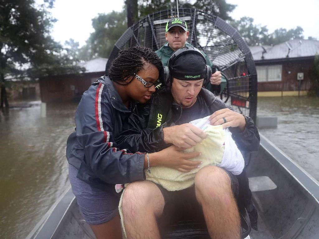 Foto-foto Heroik Evakuasi Korban Badai Harvey