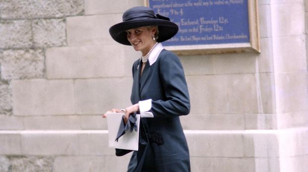 Britain's Princess Diana departs from St Stephen Walbrook in the city of London on July 14, 1994 after attending the wedding of Lady Sarah Armstring-Jones and Daniel Chatto. / AFP PHOTO / Adrian CLACK