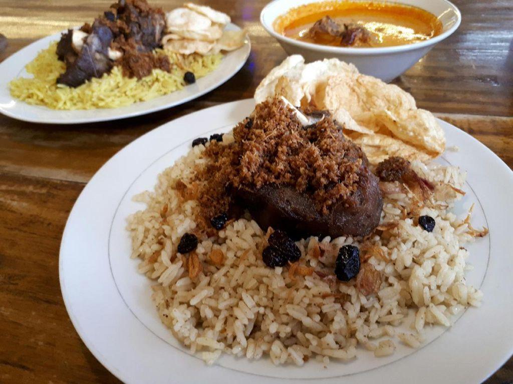 RM Puas Ibu Hj. Maryam: Sedapnya Nasi Kebuli dan Briyani Legendaris Berlauk Kambing Goreng