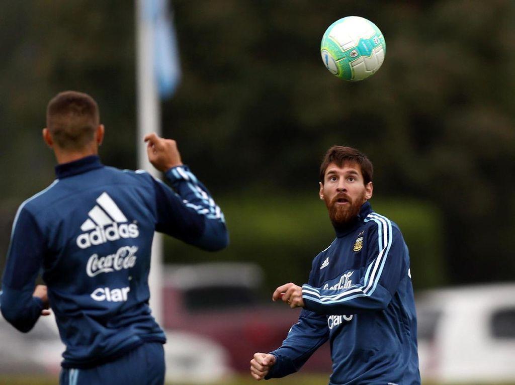 Mengadang Messi Tak Cuma Jadi Tugas Barisan Bek Uruguay