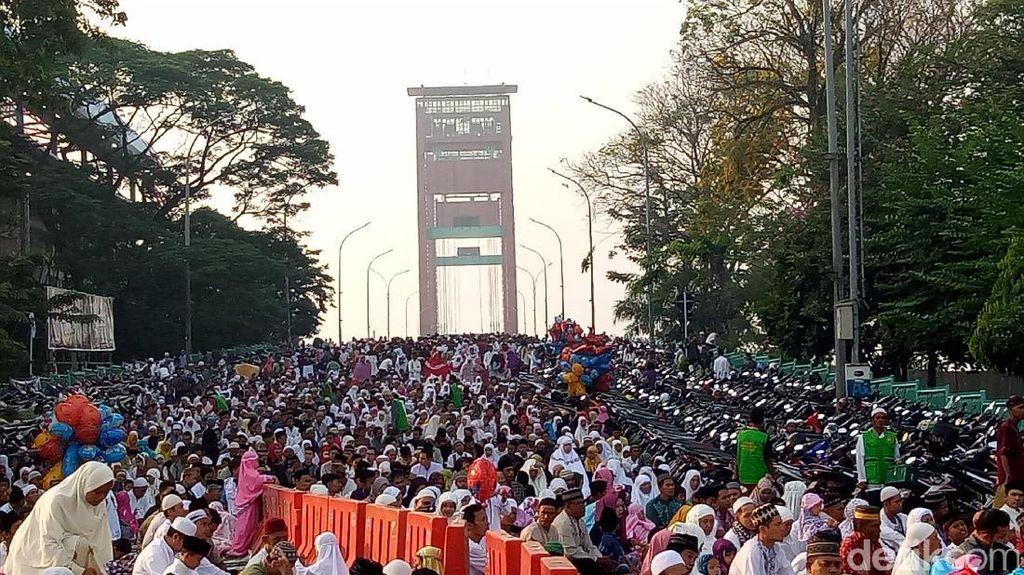 Saat Jemaah Salat Idul Adha Menyemut di Jembatan Ampera